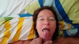 Szőrös puncis kis cicis anya nagy farkú fiával szexel