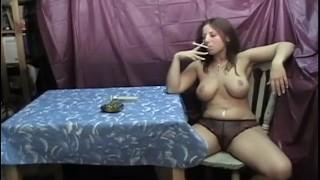 Nagy Cicis Roma Csaj Bugyiig Vetkőzve Cigarettázik