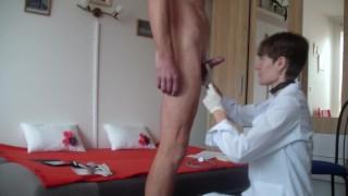 Rövid Hajú Kis Cicis Domina Doktor Nő Élvezkedik